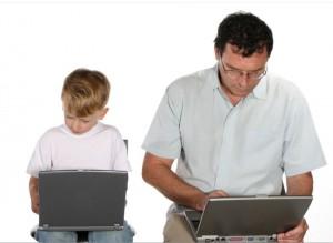 爸爸小孩各自玩電腦