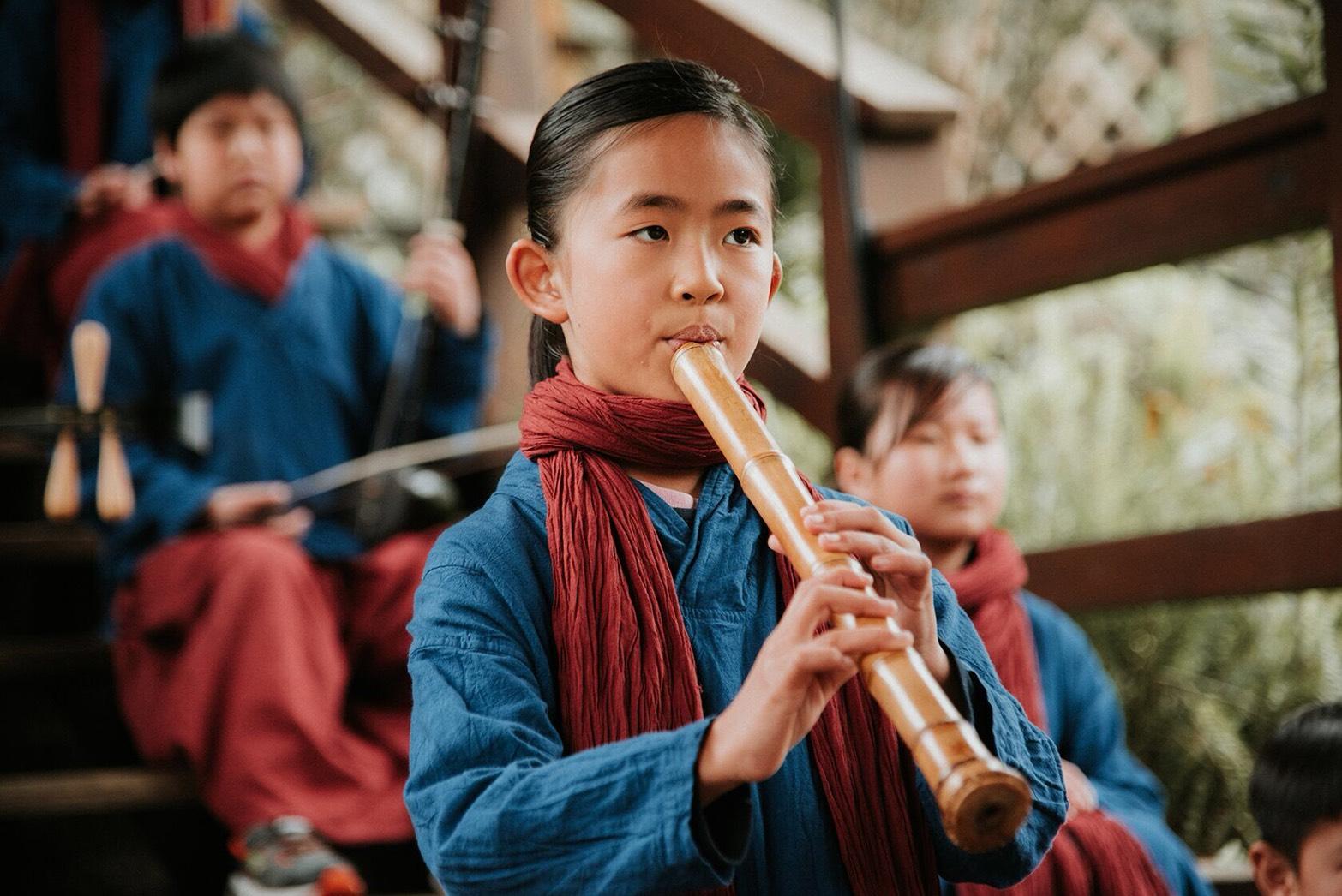 「櫻花南管茶會」在最美森林小學席地展開 趨勢教育基金會為鹿谷茶鄉藝術埋下希望種子