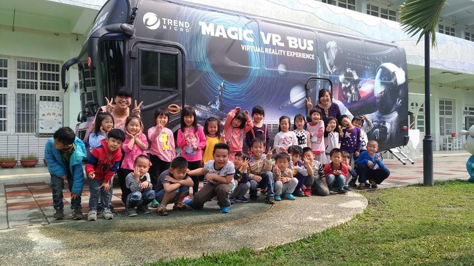 魔法VR巴士自2016 年12 月起開進台灣偏鄉,共巡迴13 個縣市、315 所學校,有近3萬人體驗。根