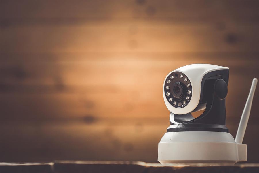 數百萬台監視攝影機與其他萬物聯網(IoT ,Internet of Thing) 裝置被發現其點對點 (P2P) 通訊功能含有資安漏洞。此漏洞可能讓這些裝置的登入憑證遭到竊取,或者裝置遭到竊聽、挾持、遠端攻擊等等。
